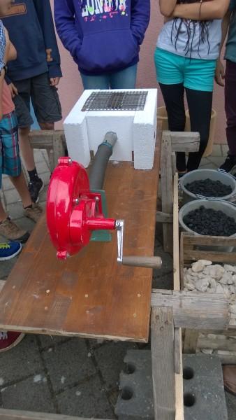 Thomas Grundmann hat diesen Apparat gebaut. Das rote Gerät ist eine manuelle Luftpumpe.