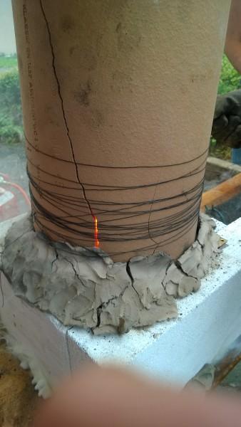 Inzwischen ist das Kaminrohr mit Draht gesichert.