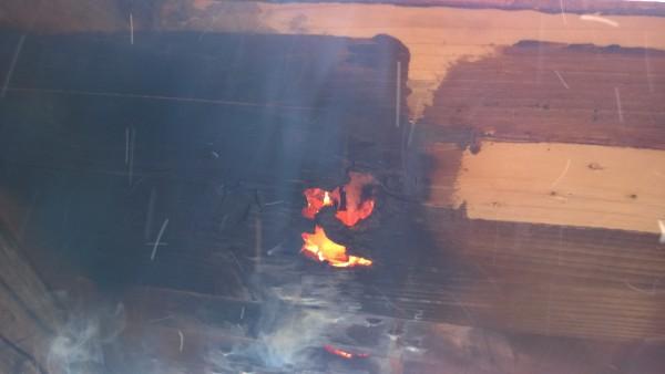 Neues Problem - der Tisch wird trotz Stahplatte so heiß, dass er von unten zu  brennen beginnt. Wir müssen einen Gartenschlauch finden und ihn permanent kühlen!